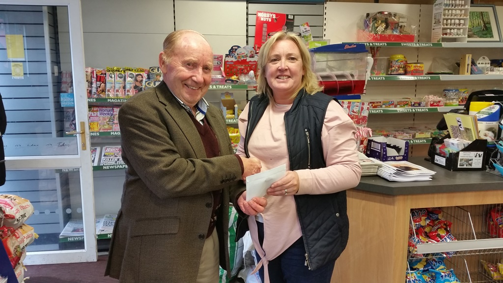Tommy Sheehan presenting Jackpot Winner Karen Drummod with her cheque for €9400 in Drummonds shop. Comhgairdeas Karen!